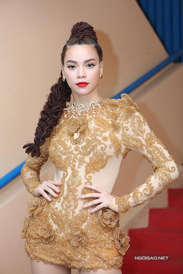 Trong quá trình tham gia The Face Vietnam 2016 và sau đó, Hồ Ngọc Hà liên tục xuất hiện ấn tượng với mái tóc tết châu Phi cầu kì. Có thể nói, với mốt làm đẹp này, khó ai có thể áp dụng đẹp hơn bà mẹ một con.
