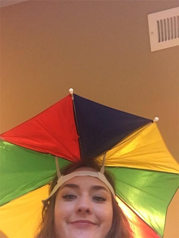 Một cô gái khác cũng chụp ảnh với chiếc ô xinh giống Reese.