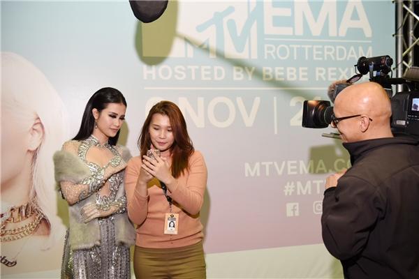 Đông Nhi quyến rũ, tự tin trả lời phỏng vấn trên thảm đỏ EMA 2016 - Tin sao Viet - Tin tuc sao Viet - Scandal sao Viet - Tin tuc cua Sao - Tin cua Sao