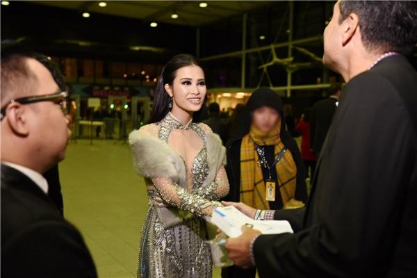 Sau đêm dự lễ trao giải EMA 2016, Đông Nhi cũng đã nhận được chiếc cúp hạng mục Nghệ sỹ Đông Nam Á xuất sắc nhất. - Tin sao Viet - Tin tuc sao Viet - Scandal sao Viet - Tin tuc cua Sao - Tin cua Sao