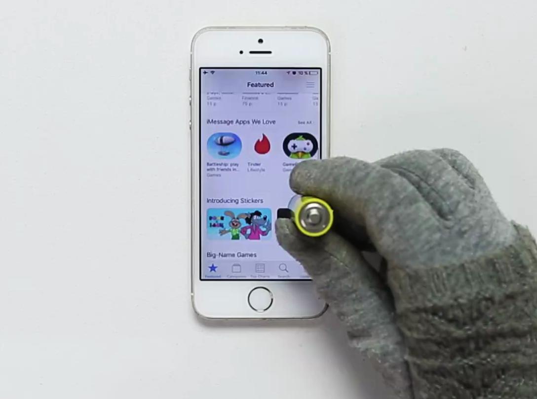 Đơn giản, bạn hãy sử dụng viên pin để thay thế cho ngón tay của mình mà không cần phải tháo găng tay.