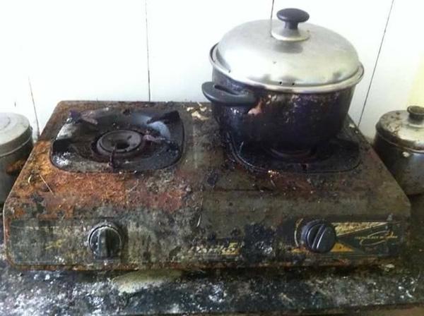 Dân mạng hoảng hết cả hồn với chiếc bếp tỉ năm chưa được lau chùi