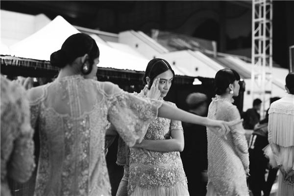 Show diễn của Vietnam International Fashion Week Thu Đông 2016 bắt đầu từ 19h00 thế nhưng ekip và các người mẫu phải thức dậy từ 5h sáng để chuẩn bị.