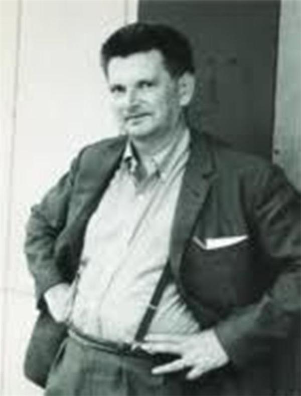 Ông Busby đã tự tay bóp cổ bố vợ cho đến chết vì dám ngồi lên chiếc ghế yêu quý của mình.