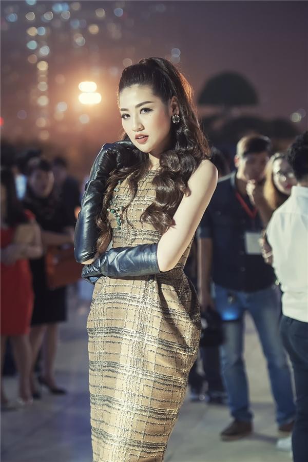 Tú Anh đọ sắc cùng biên tập viên Ngọc Trinh trên thảm đỏ