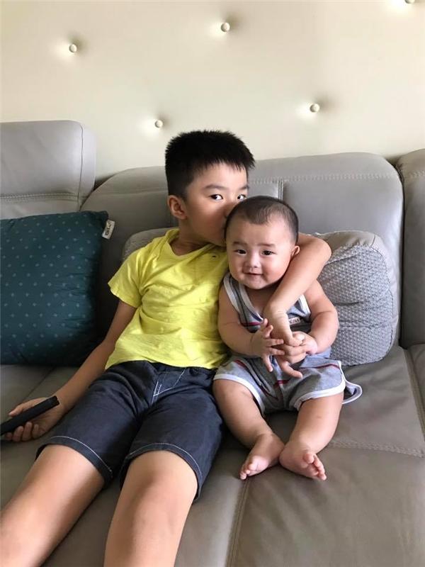 Anh hai luôn quan tâm và yêu thương em Quốc Minh khiến bố mẹ rất hài lòng. - Tin sao Viet - Tin tuc sao Viet - Scandal sao Viet - Tin tuc cua Sao - Tin cua Sao