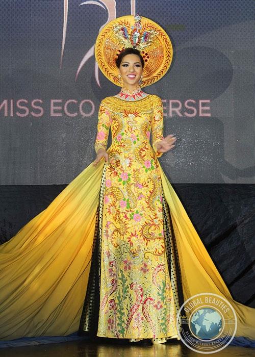 Nhưng khán giả Việt cũng mang trong mình niềm tự hào khi áo dài của Khả Trang lọt vào top 3 Trang phục dân tộc đẹp nhất.