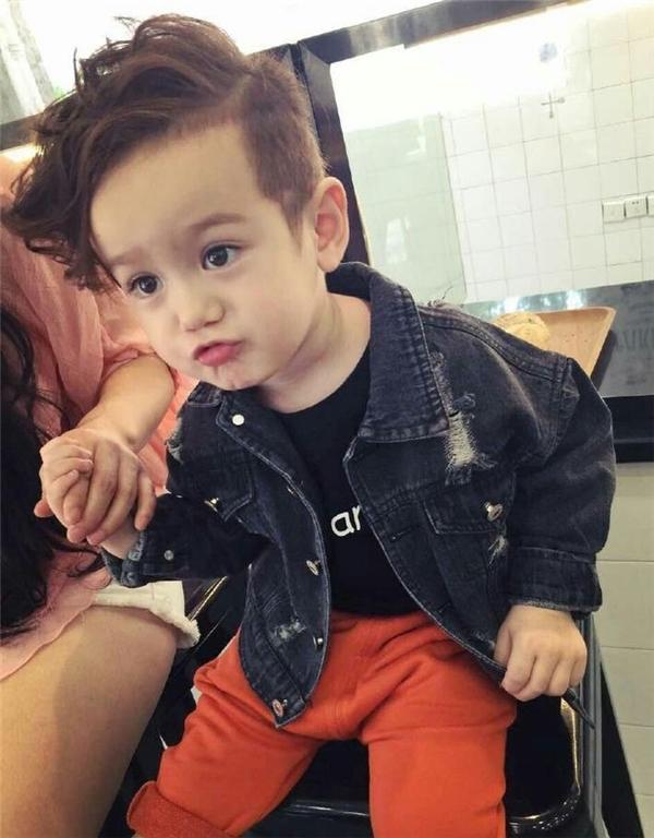 Jacksonđược ba mẹ đầu tư gu ăn mặc cực phong cách và cá tính.(Ảnh: Internet)