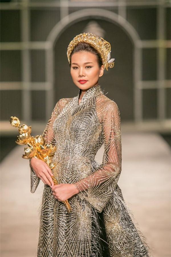 Thanh Hằng còn đảm nhận vị trí quan trọng này trong bộ sưu tập của một thương hiệu trang sức danh tiếng. Đóa hoa sen mà Thanh Hằng cầm có giá trị lên đến con số tỷ đồng.