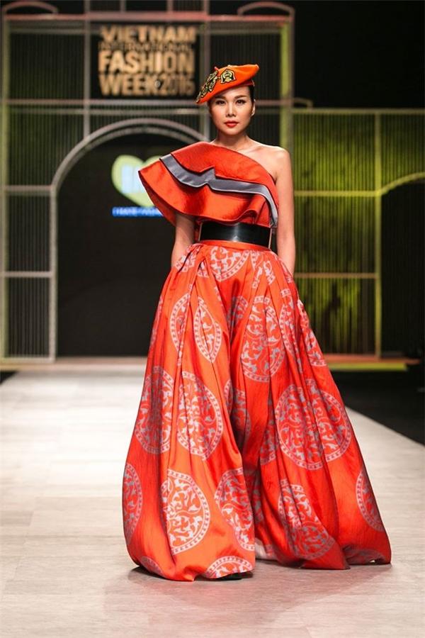 Hình ảnh quý cô kiêu kì của host Vietnam's Next Top Model trong vai trò chốt màn bộ sưu tập của Victoria Huyền Nguyễn.