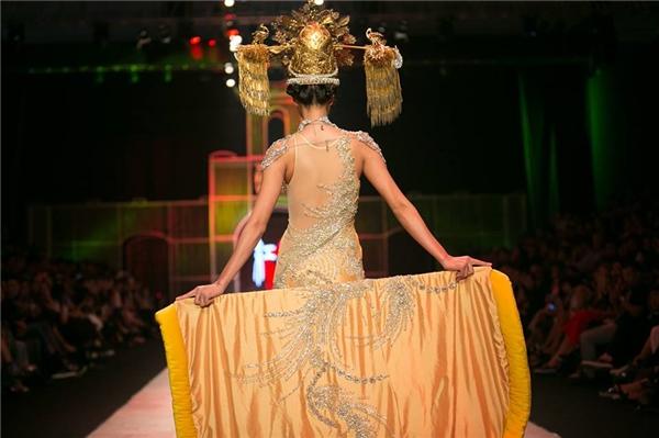 Nguyễn Oanh không hề kém cạnh đàn chị khi 3 lần được giao vị trí chốt show, trong số đó có 2 nhà thiết kế danh tiếng hàng đầu châu Á là Federick Lee và Francis Libiran.