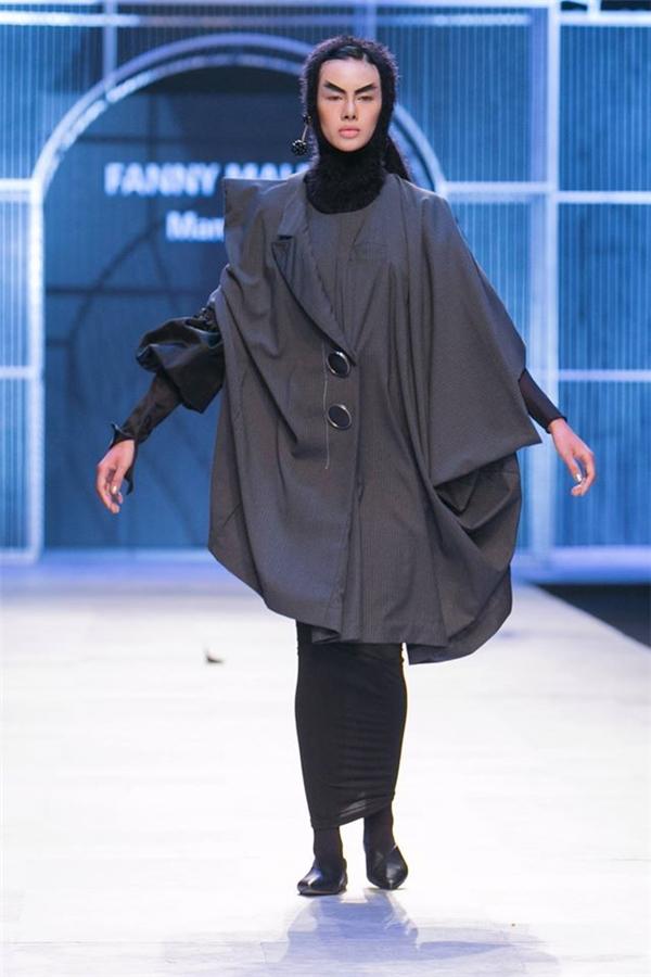 Đỗ Hà có thể xem là người mẫu bị làm khó nhất trong dàn vedette của VIFW Thu - Đông 2016 bởi cô diện thiết kế bó sát, không thể di chuyển bình thường mà phải chạy như lật đật.