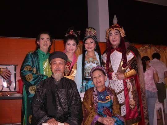 Minh Thuận, Phương Thanh chụp hình chung với nghệ sĩ Út Bạch Lan (người ngồi ngoài cùng bên phải). - Tin sao Viet - Tin tuc sao Viet - Scandal sao Viet - Tin tuc cua Sao - Tin cua Sao