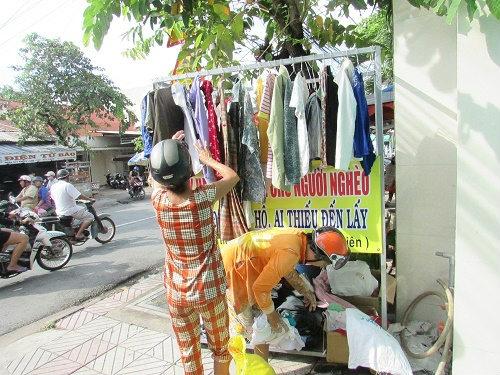 Quầy quần áo của chị Liên thu hút sự chú ý của rất nhiều người.