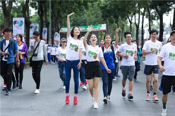"""Dẫn đầu dòng người mặc đồng phục trắng, có in slogan """"Run for the Heart"""", Ngọc Thanh Tâm bày tỏ sự háo hức khi được chung tay cùng cộng đồng để kêu gọi quyên góp, hỗ trợ những trẻ em nghèo đang bị bệnh tim. - Tin sao Viet - Tin tuc sao Viet - Scandal sao Viet - Tin tuc cua Sao - Tin cua Sao"""