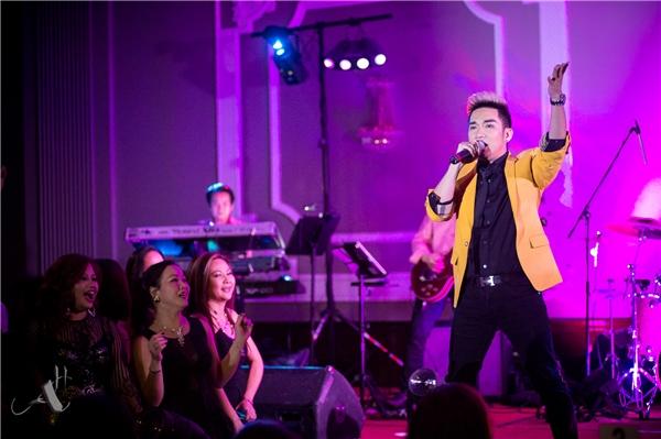 Do đây là live show riêng đầu tiên của mình tại nước ngoài nên tất cả các khâu như sân khấu, âm thanh, ánh sáng cho đến trang phục solo, trang phục song ca, vũ đoàn, ban nhạc đều được Quang Hà cùng ê-kíp lên ý tưởng từ cách đây 3 tháng và chuẩn bị kỹ cho từng bài hát. - Tin sao Viet - Tin tuc sao Viet - Scandal sao Viet - Tin tuc cua Sao - Tin cua Sao