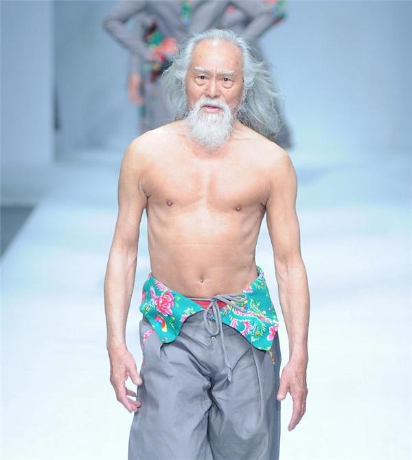 Ông Wang Deshun lần đầu sải bước trên sàn catwalk với vai trò người mẫu.