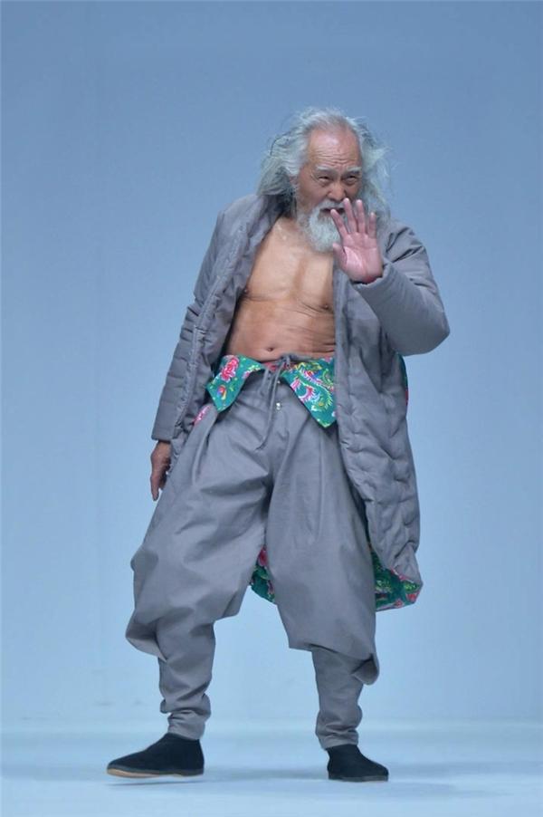 Để có thân hình lí tưởng như hiện tại, ông Wang phải dành 3 tiếng luyện tập mỗi ngày.