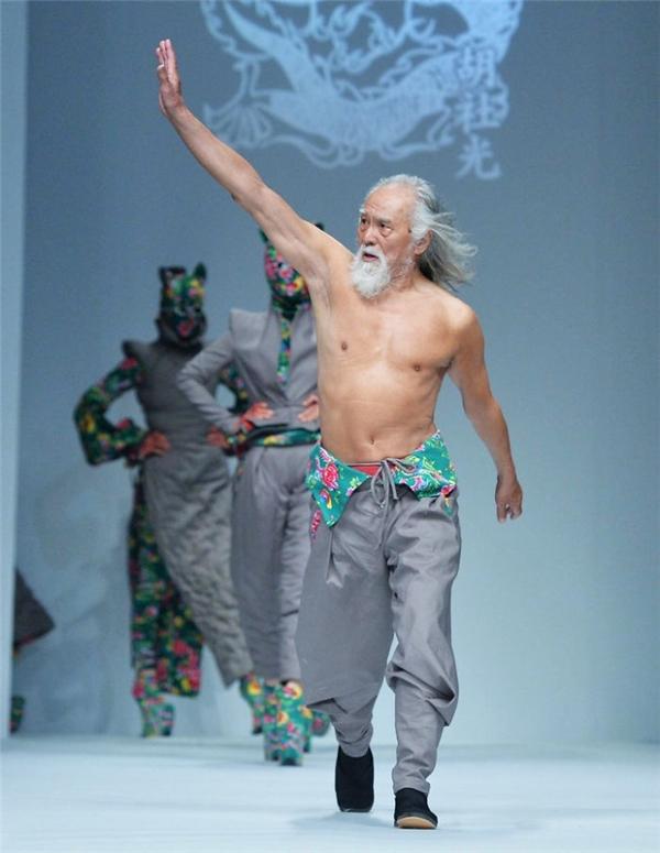 Ông Wang đã có màn debut thành công trong tuần lễ thời trang Trung Quốc.