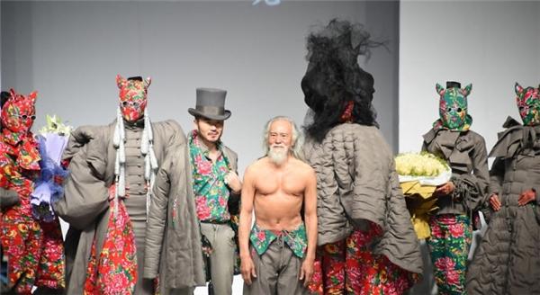 Cụ ông 80 tuổi xuất hiện nổi bật trong dàn người mẫu.