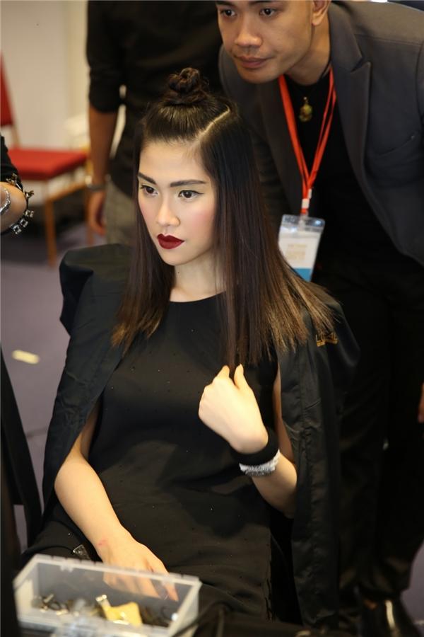 Trong hậu trường, Thu Hằng cũng khá háo hức để chuẩn bị cho lần trở lại sàn diễn này của cô.