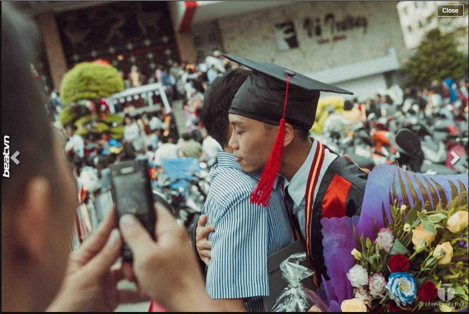 Cái ôm ấm áp của hai cha con ngày lễ tốt nghiệp.(Ảnh: Chụp màn hình)