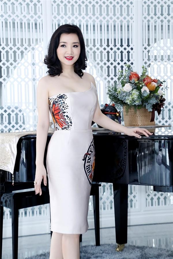 Hoa hậu Đền Hùng xuất hiện trong một thiết kế thanh thoát và sang trọng tông trắng với điểm nhấn là những họa tiết tinh tế. - Tin sao Viet - Tin tuc sao Viet - Scandal sao Viet - Tin tuc cua Sao - Tin cua Sao