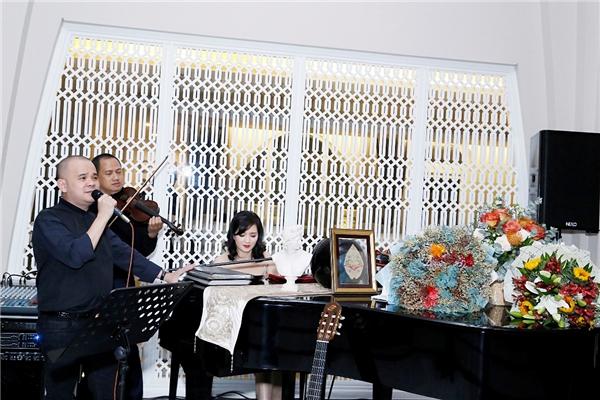 Trong bữa tiệc gia đình, Giáng My đã đệm đàn cho doanh nhân Dương Quốc Nam, cũng là một người bạn thân thiết của người đẹp. - Tin sao Viet - Tin tuc sao Viet - Scandal sao Viet - Tin tuc cua Sao - Tin cua Sao