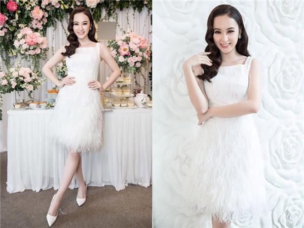 Diện bộ váy trắng đính lông nhẹ nhàng kết hợp cùng giày cao gót đồng điệu vẫn đủ giúp Angela Phương Trinh trở thành tâm điểm trong một buổi tiệc mừng của đàn chị. Thanh thoát, ngọt ngào nhưng không kém phần sang trọng là những gì mà nữ diễn viên mang đến qua hình ảnh này.