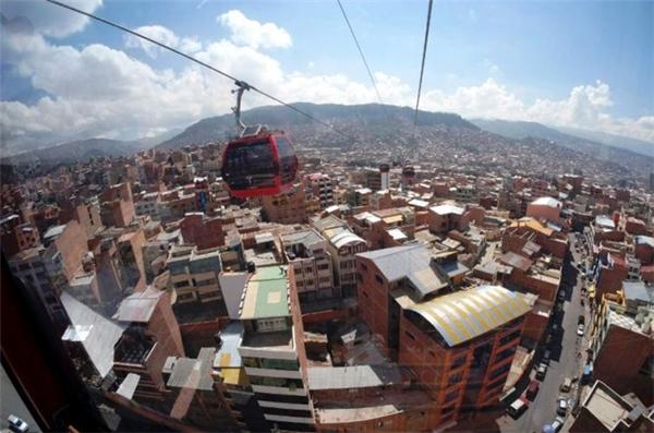 Hệ thống cáp treo La Pazgiúp người dân đi lạithuận tiện hơn.