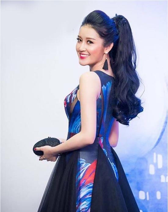 Huyền My sử dụng tóc giả để phần đuôi thêm ấn tượng. Kiểu đánh xù càng tôn lên nét yêu kiều, quý phái của Á hậu Việt Nam 2016.