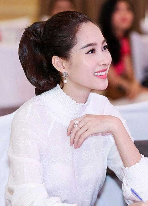 Với những cô gái có độ dài đuôi tóc vừa phải thì Elly Trần và Hoa hậu Thu Thảo sẽ là hình mẫu lý tưởng với kiểu cột lưng chừng, phần đuôi cong quyến rũ.