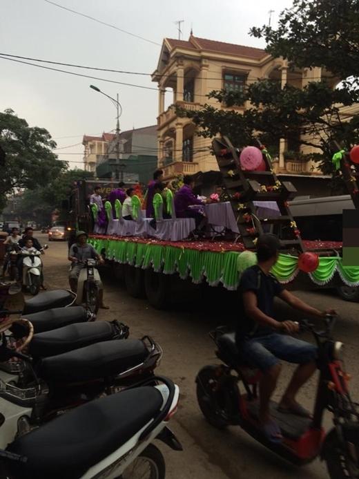Dân tình tranh cãi vì cô dâu chú rể làm đám hỏi trên xe đầu kéo