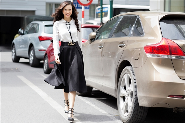 Hai tông màu trắng đen kinh điển được top 10 Hoa hậu Việt Nam 2016 diện theo phong cách thanh lịch với những item như: chân váy bút chì, váy xòe, sơ mi hay blazer dáng dài.