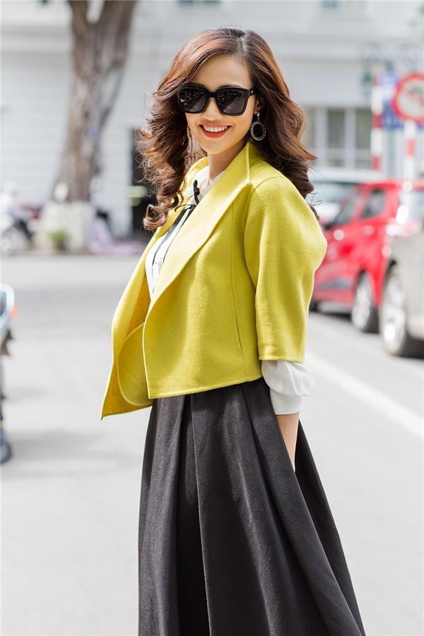Chiếc áo khoác màu vàng nâu điểm xuyết cho bộ cánh thêm phần bắt mắt.