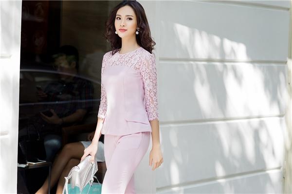 Với sắc hồng, Sái Hương Ly mang đến hai hình ảnh khác biệt nhưng vẫn quyến rũ: một trẻ trung, nổi loạn với tông neon; một ngọt ngào, thanh tú với sắc pastel - xu hướng chủ đạo của mùa mốt 2016.