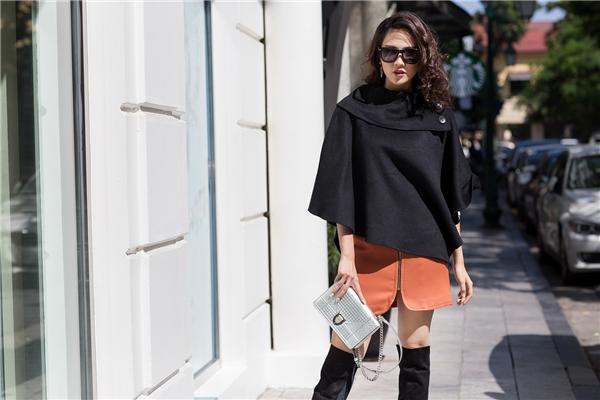 Những chiếc áo khoác bằng vải dạ được cách điệu ở các chi tiết nhỏ như: cổ, tay nhằm mang đến nét trẻ trung cho các cô gái.