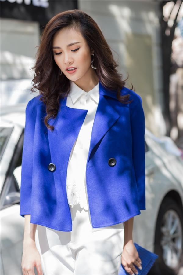 Với cùng một cây trắng bên trong, Sái Hương Ly biến hóa đa dạng với nhiều kiểu áo khoác ngoài từ suit tay cape cho đến blazer dáng dài cổ điển hay jacket cách điệu.