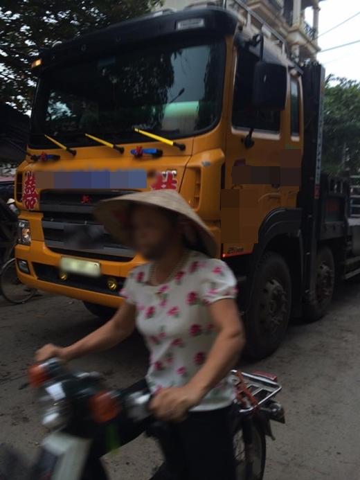 Chiếc xe tải chạy trên đường khiến nhiều người kinh ngạc.