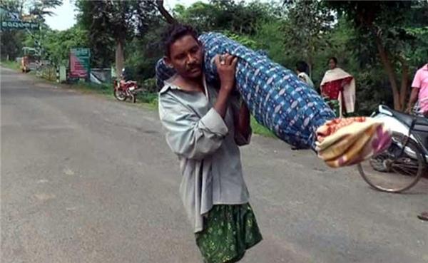 Không đủ tiền thuê xe cứu thương, cụ ông kéo xác vợ đến kiệt sức