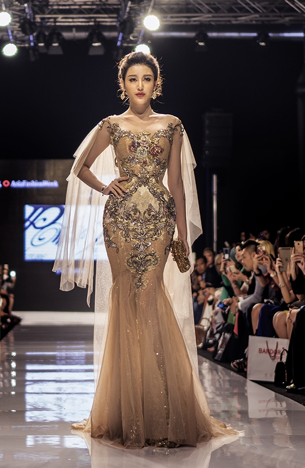 Đặc biệt, Huyền My xuất hiện trên sân khấu ở vai trò vedette cho buổi trình diễn. Đây là lần hiếm hoi Á hậu Việt Nam 2014 thể hiện khả năng catwalk trên sàn diễn thời trang.