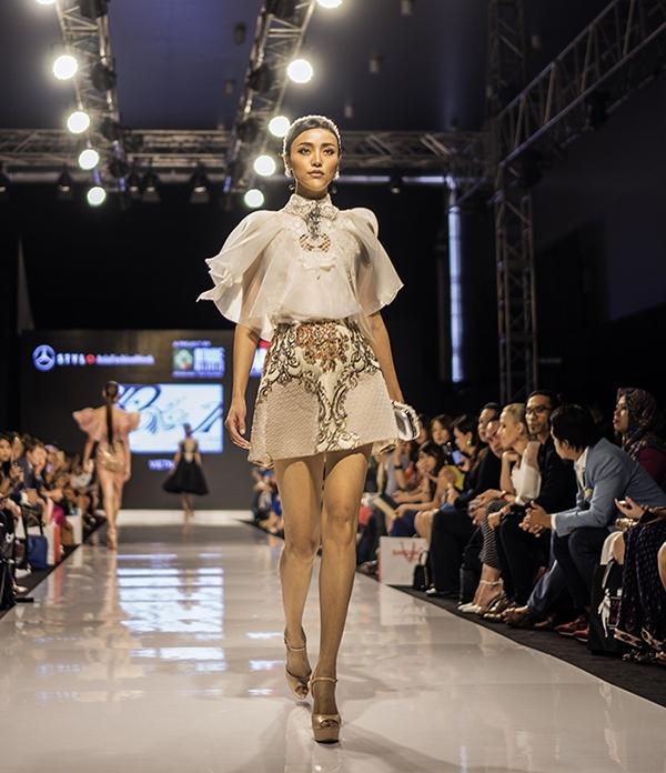 Bên canh bộ váy của Huyền My, hàng loạt thiết kế lộng lẫy khác lần lượt được trình làng trên sàn catwalk.Lấy cảm hứng từ thần thoại và những châu chuyện cổ tích, bộ sưu tập nhanh chóng gây dấu ấn với các khán giả và giới mộ điệu thời trang nước bạn.