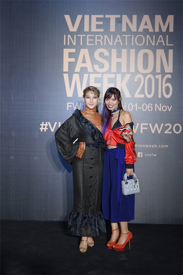 Ngay đêm mở màn Tuần lễ Thời trang Quốc tế Việt Nam Thu - Đông 2016 - Vietnam International Fashion Week (VIFW), Diệp Linh Châu The Face khiến quan khách hốt hoảng khi diện trang phục trông giống áo cà sa cách điệu. Nữ stylist cho rằng cô áp dụng công thức phối 2 thiết kế thành một. Nhưng có thể thấy, đây là lựa chọn sai lầm của cô.