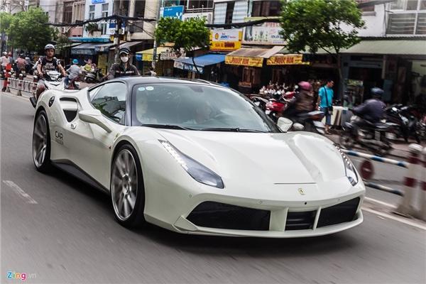 Dàn siêu xe của Cường Đô La thay phiên dạo phố Sài Gòn
