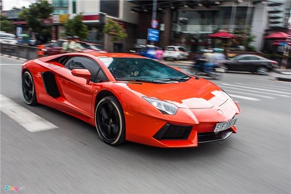 Lamborghini Aventador màu đỏ cam.