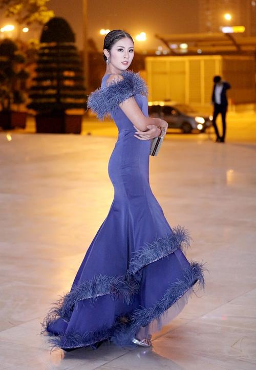 Mỹ Linh, Angela Phương Trinh mất điểm vì trang phục già dặn