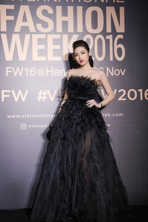Thiết kế đính lông với chất liệu nhàu nhĩ, màu sắc trầm mặc khiến Tú Anh, Ngọc Hân tự cộng tuổi trên thảm đỏ.