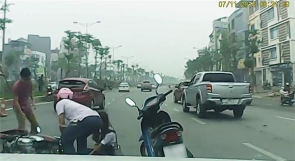 Phẫn nộ clip ô tô vượt ẩu khiến cô gái suýt bị xe máy cán qua người