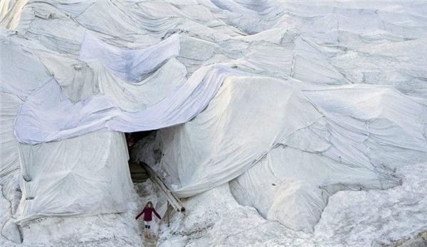 Người dân Thụy Sĩ đang chứng kiến cảnh sông băngRhone tan chảy mỗi ngày.