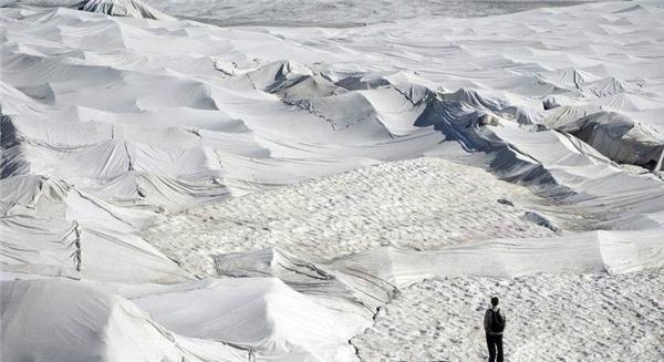 """Những """"chiếc chăn"""" được làm bằng nguyên liệu cách nhiệt,sẽgiảm thiểu thậm chí ngăn khả năng hấp thụ nhiệt của dòng sông, góp phần làm chậm tốc độ tan chảy của băng."""